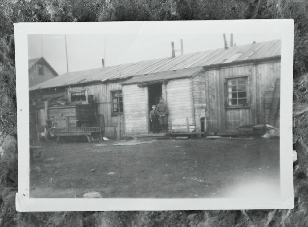 KUMMERLIG:Jan Arnth (t.v.) og familien ble innkvartert i en trekkfull tyskerbrakke etter krigen. Hver familie bodde  på 15 kvadrat-meter.