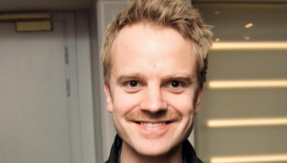 BARTEFIN: Erik Solbakken stilte opp på «Gullruten»-pressekonferansen iført bart – til ære for programleder-kollega Hasse Hope.