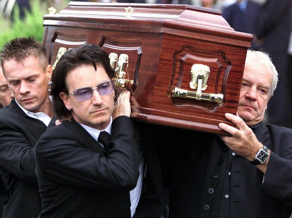 DØDE I 2001: Bonos far, Robert Hewson, døde av kreft i 2001. Her er Bono og broren Norman Hewson (til høyre) mens de bærer kisten til faren i begravelsen.