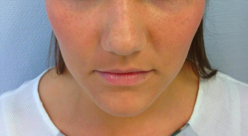 LETT SMINKE: Legg en naturlig makeup, og la gjerne fregnene komme til syne under sminken.