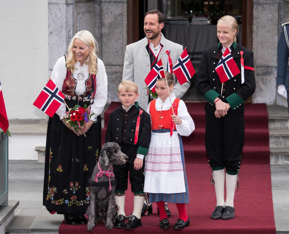 STORE VERDIER: Mette Marit skal ha opptil syv bunader, og Rogalandsbunad som hun har på seg her, starter på kr 26 000. Dette er uten skjorte og sølv.