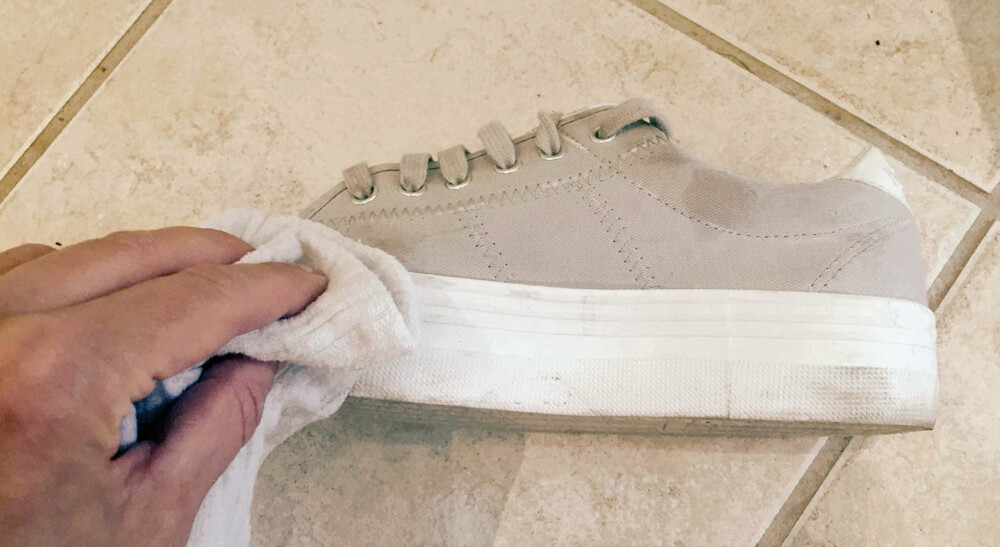 2. RENGJØR: Trekk enkelt og greit kluten over de skitne områdene på skoen til smusset er borte.