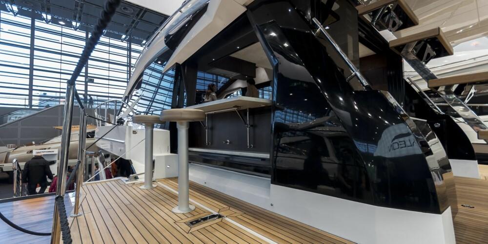 FRI BAR: Med enkle grep kan babord side gjøres om til bar inn mot kjøkkenet. På styrbord side har Galeon gått for sofa vendt ut mot sjøen.