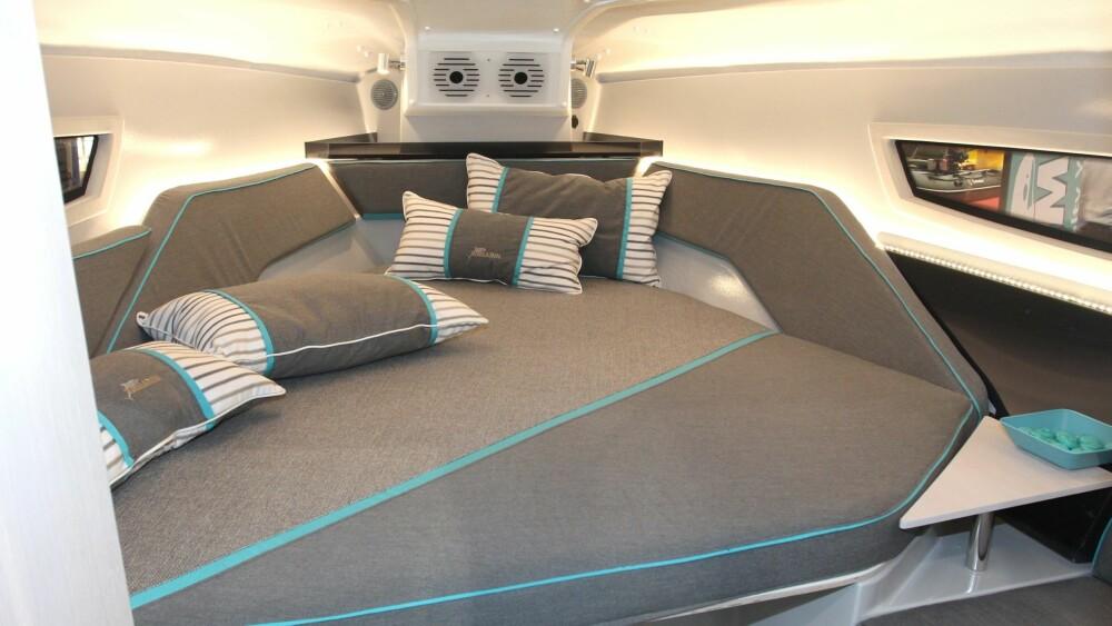 TO+TO: I baugen er det soveplass til to. En stikkabin under cockpit gir plass til ytterligere to, så en familie på fire kan dra på overnattingstur.