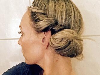 PERFEKT SOVEFRISYRE: Bruker du et hårbånd som du surrer håret rundt og sover med, vil du våkne opp med vakkert fall i håret dagen etter. Få flere geniale tips til hvordan håret holder seg fint uten vask under!