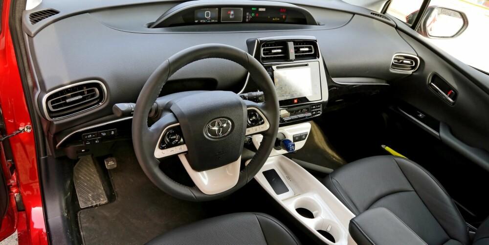 SPESIELT: Det hvite, ekstra motstandsdyktige materialet Toyota bruker i deler av midtkonsollen og oppbevaringstrauet mellom forsetene er, ehhhh…., i beste fall spesielt.