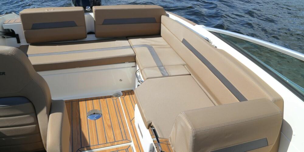 GODT UTNYTTET: Det er uvanlig mye plass i cockpit til å være en båt på 6,1 meter lengde og 2,22 meter bredde. Sofaen kan kompletteres med solputer (standardutstyr) og et bord (ekstrautstyr).
