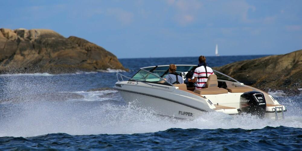 TRYGG I SJØEN: Skroget viste seg å være tøffere enn det man forventer av båtstørrelsen. Selv når du får krappe og ubehagelige 1,5-2 meters bølger, kjennes den trygg.