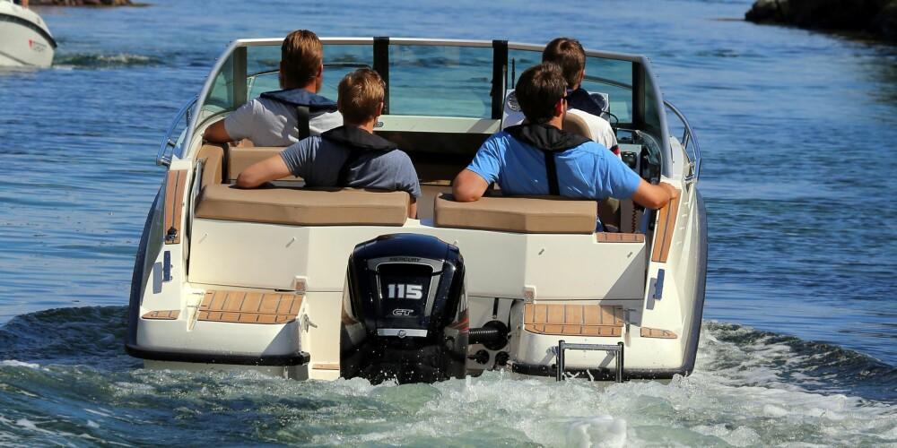 TILSTREKKELIG: Med 115 hk er båten likevel akkurat passe motorisert for typisk familiebruk, og den går stille og pent under langsom kjøring.