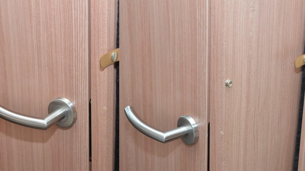 FØR - ETTER: Her er er samme dør før og etter at de ekstra tyve centimetrene av veggen er tatt i bruk.