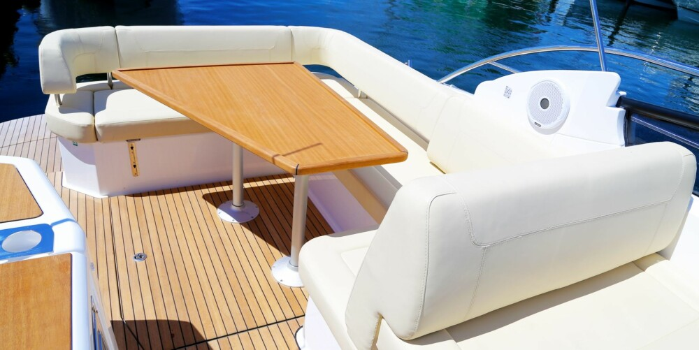 GOD PLASS: Du sitter behagelig i sofaen, både når båten ligger stille og når du er underveis. Jo lenger fram i sofaen du sitter, jo lunere blir turen.