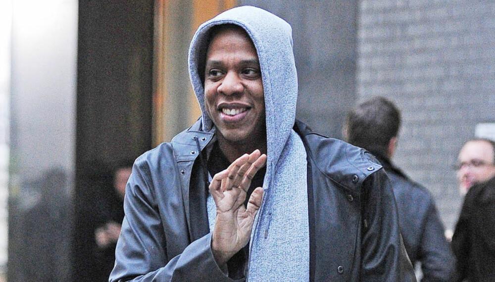 UNGDOMMELIG STIL: Ikke at vi tenker Jay Z tror han er i 20-årene, men det blir kanskje litt vel ungdommelig når en mann som nærmer seg 50-år kler seg i hettejakke (og baggy jeans og sneakers som man ikke ser på bilde), eller?