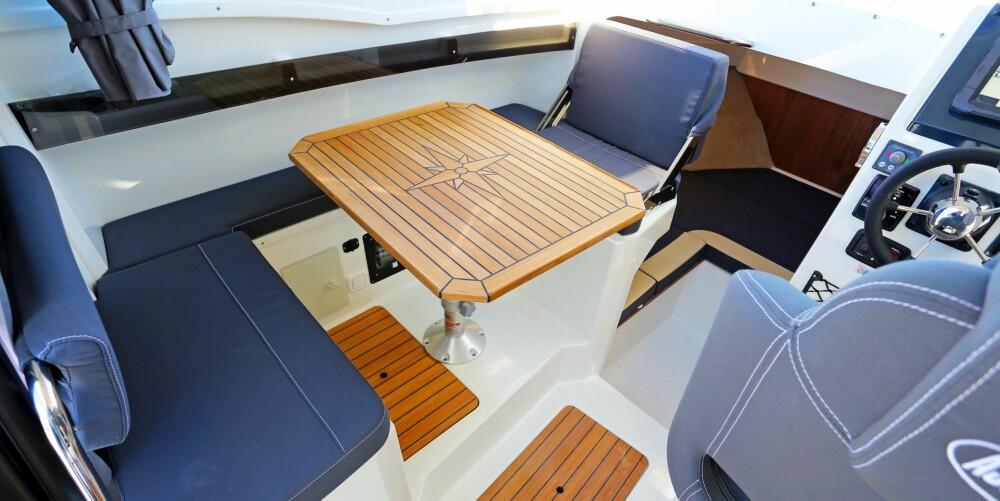 SAMLINGSPUNKT: Sitteplassene rundt bordet i hytta er et naturlig samlingspunkt underveis og når du ligger i havn. Her der det plass til tre.