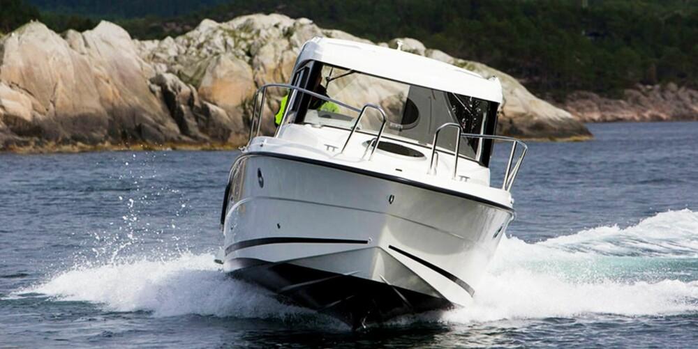 BREDT BRUKSOMRÅDE: Båten har ikke merkbar planingsterskel og går fint fra 5–25 knop. Vi måler toppfarten til 33 knop.