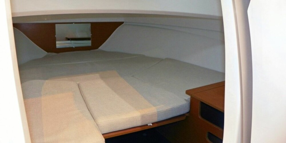 TILSTREKKELIG: Kabinen er ingen kjempe, men grei nok til en natt ombord. En toalettløsning finnes på høyre side.