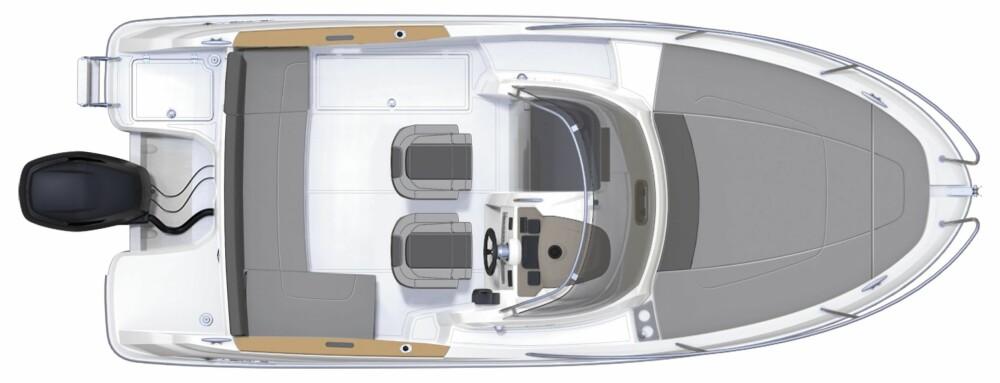 FRANSK LØSNING: WA-modellene skiller seg en smule fra det vi forbinder med et typisk walkaroundkonsept. Der vi tenker dyp passasje rundt fremre del av båten, er det sommer og plass for solbading som preger dekket på Jeanneau-modellene.