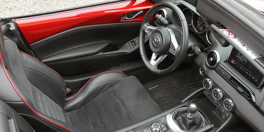 GODT UTSTYR: MX-5 er godt utstyrt allerede i grunnversjon. Likevel anbefaler vi alle å velge sportspakken til 15 000 kroner. Da får du en veldig godt utstyrt roadster til en rimelig penge.