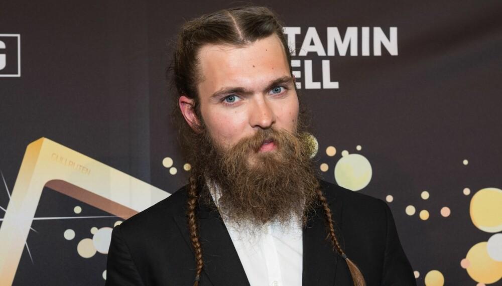 """MED MAN BRAID: Enok Groven, kjent fra NRK-realityserien Anno og vinneren av """"Årets deltaker""""-pris under årets Gullruten med """"man braids""""."""