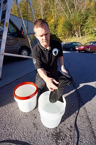 UNNGÅ GRUS: To bøtter – en til såpevann og en til rent vann, for skylling. Bruk rist i bøtta, slik at du ikke drar grus og skitt opp med svampen eller kluten.