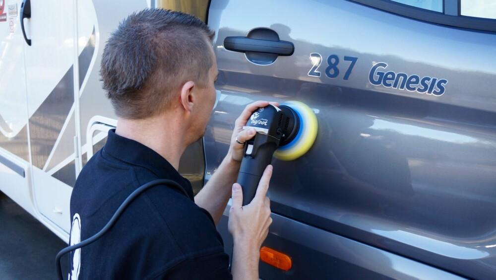 TIPS: Skotner anbefaler å bruke (oscillerende) poleringsmaskin, for å gjøre jobben lettere.