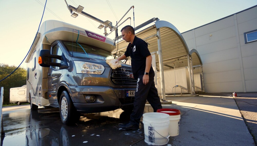 INGEN KATTEVASK: Detailer Andreas Skotner demonstrerer bobilpleie på spa-nivå.