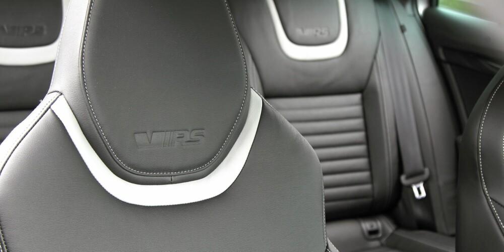 STOR OG SPORTSLIG: Innvendig er Skoda Octavia RS 4x4 fortsatt en real familiefrakter med masse baksete- og bagasjeplass. RS-setene gir mer støtte og en mer sportslig atmosfære.