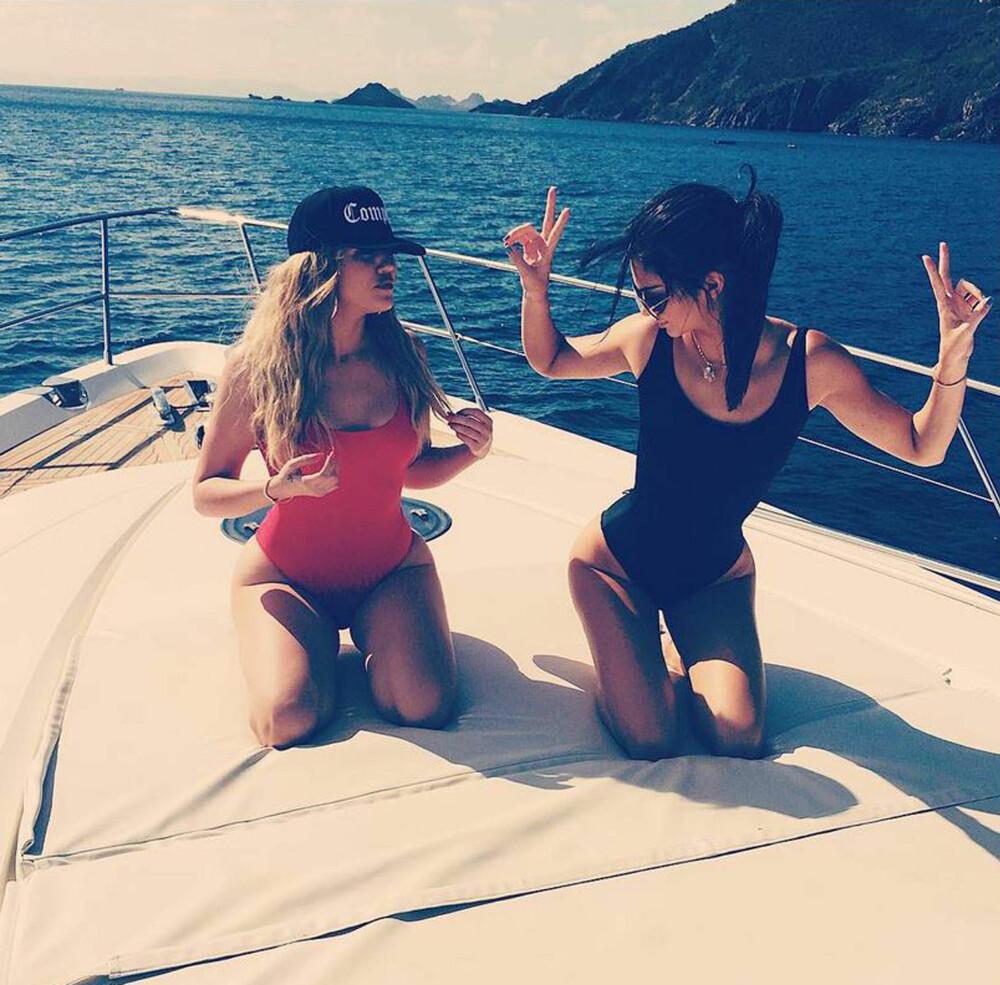 IFØRT BADEDRAKT: Både Khloe Kardashian og Kendall Jenner ser ut til å ha lagt sin elsk på en av årets store badetøytrender, nemlig badedrakten.