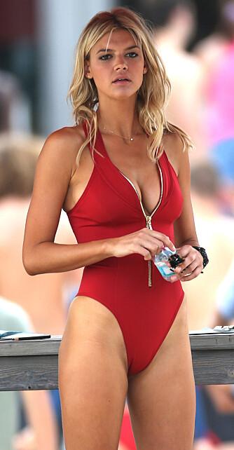 BADEDRAKT MED HØY SKJÆRING: En badedrakt med høy skjæring fremhever og forlenger bena, som gjør at den passer for de aller fleste, uansett fasong. Her sett på modell Kelly Rohrbach, som skal spille rollen som C.J. Parker i nyinnspillingen av filmen Baywatch.