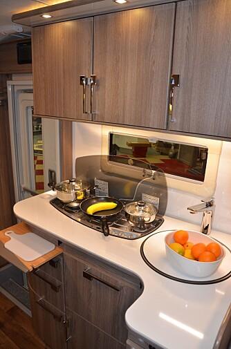 PRAKTISK: På kjøkkenet er det plass til en stor kjele, stekepanne og en mindre kjele samtidig. Legg merke til skjærefjøla.
