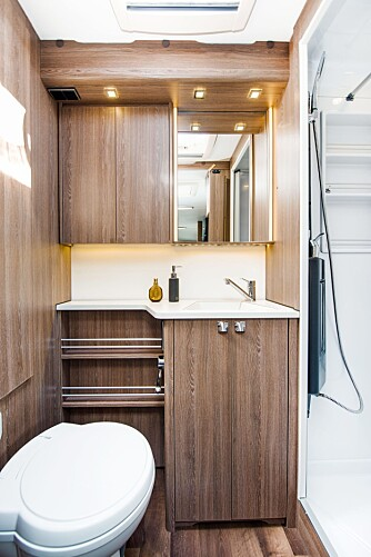 RYDDIG: Under servanten er det plass til håndklær, og bak speilene finnes det mer oppbevaringsplass.