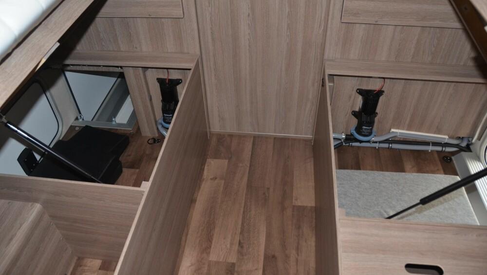 PRAKTISK: Under den venstre sengen kan man legge ting man vil ha tilgang til både innenfra og utenfra.