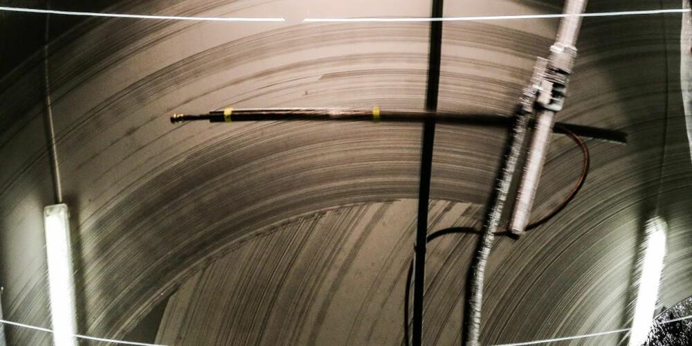 SMØRJE: Viskerne i testen er blitt utsatt for en rekke prøvelser. Ser frontruta de slik ut, er det definitivt på tide å skifte viskerne. FOTO: NAF/ADAC