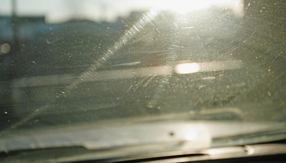 SLITT: Mange kjører rundt med frontruter som begrenser sikten. Spesielt med lav sol og i mørket kan det utgjøre en stor risiko.