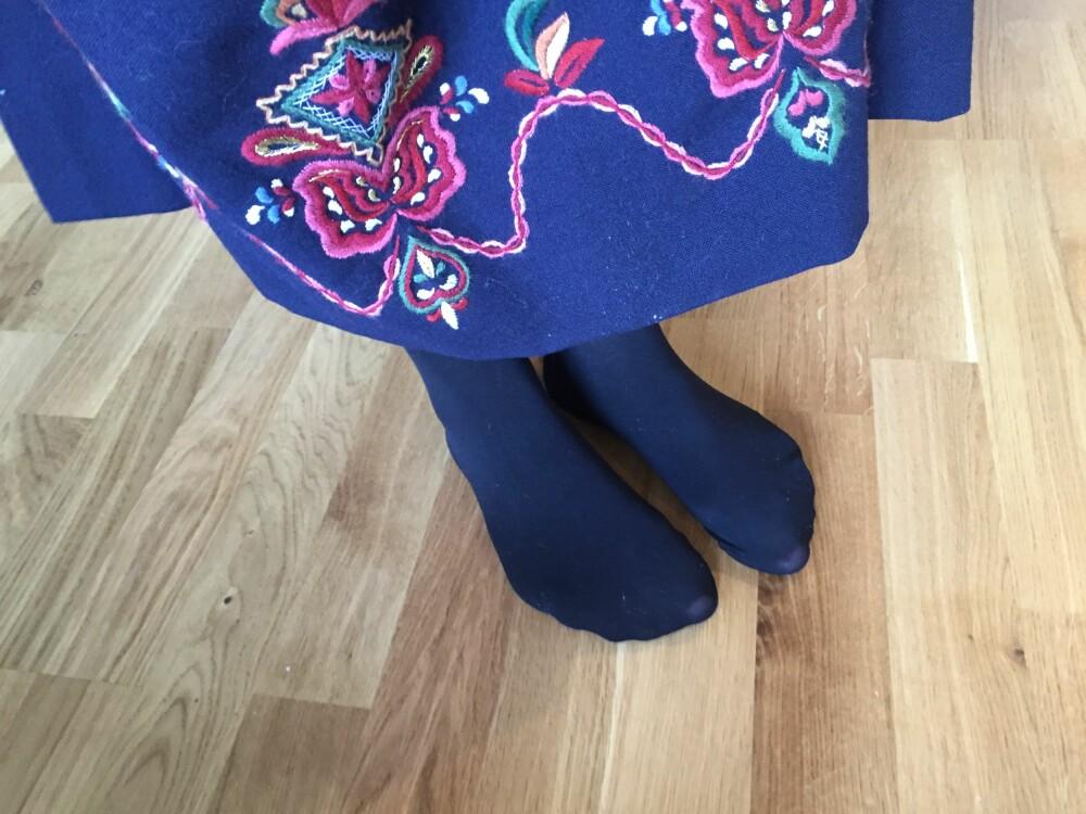 FEIL FARGE: Sjekk opp hva slags farge strømpebukser du skal bruke til din bunad. Her er det brukt sorte strømper til Ørskogbunad, som er feil. De skal være røde om man ikke er gift, og mørkeblå om man er gift.