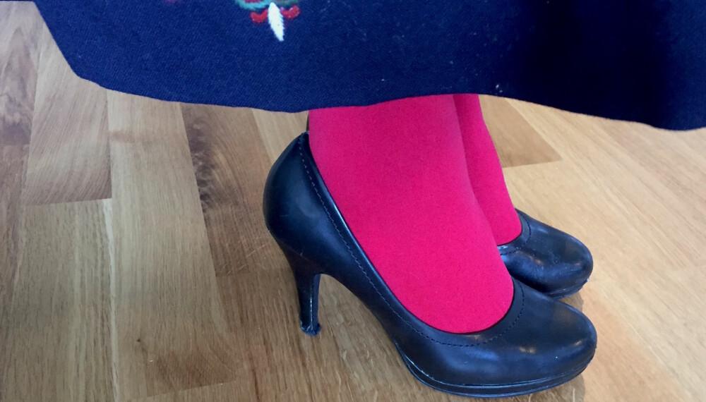UNNGÅ DETTE: - Dersom du er nødt til å bruke andre sko enn bunadsko, burde du gå for noen som er diskré, og helst så lave som mulig, sier Hege-Therese Nilsen, husflidskonsulent i Hordaland og leder for Fagutvalget for bunad og folkedrakt i Norges Husflidslag.