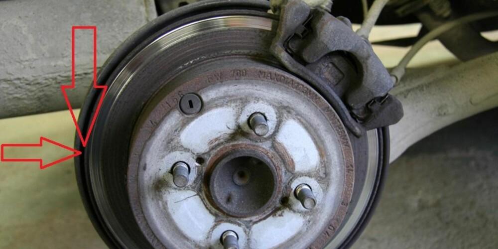BREKK: De aller fleste bilene har håndbrekket koblet til bakhjulet, med vanlig skivebrems. Her er det viktig å spyle godt til vinteren, slik at rusta og salt ikke ødelegger bremsene dine. FOTO: Jan Ivar Engebretsen