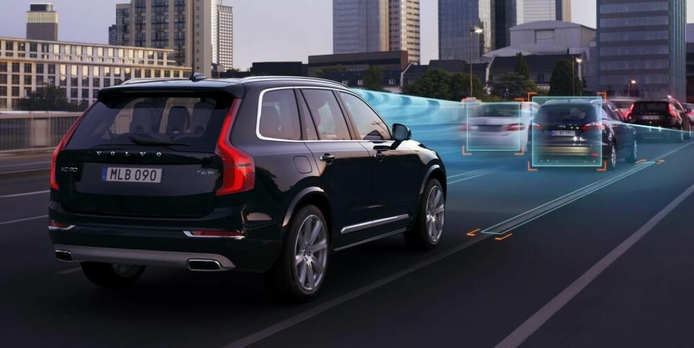 """KJØRER SELV: XC90 kan fås med ekstrautstyr kalt Que Assist. Da kan skal bilen i praksis kunne kjøre nesten av seg selv opp til 50 km/t, men systemet krever at sjåføren har én hånd på rattet. Radar og kamera sørger for at bilen """"""""ser"""""""" trafikk og veimarkering. ILLUSTRASJON: Henrik Ottosson"""