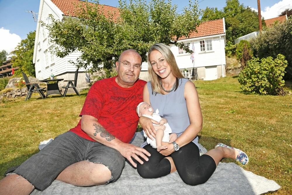FAMILIEN HOLDT HAM OPPE: Barn og barnebarn var viktige lyspunkter for Einar da livet gikk ham imot. Her er han med datteren Inger Marthe og hans første barnebarn Leah, som ble født for to år siden.