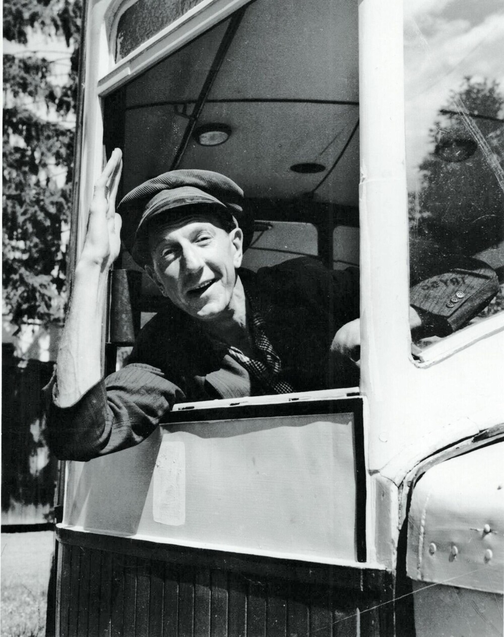 KLASSIKER: Som bussjåføren Thorvald gjorde Juster suksess i filmen «Bussen» i 1961. Andre klassikere er «Fjols til fjells» (1957) og «Den forsvundne pølsemaker» (1941).