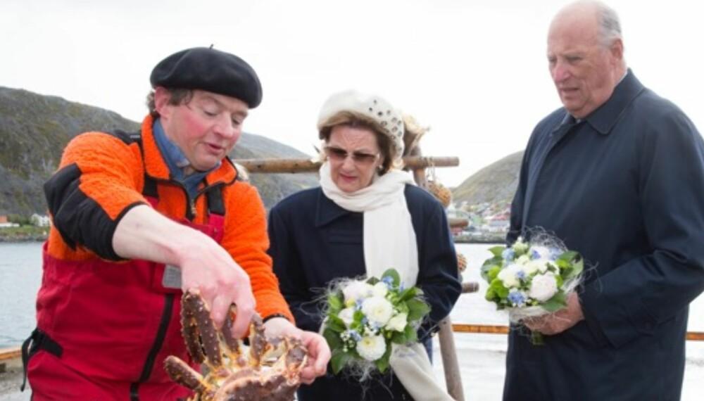 Fikk kloa i godsaker: Kjell Sørbø viste fram kongekrabbe og klarte også å få Dronningen til å bestille noen kilo levert til Kongeskipet.