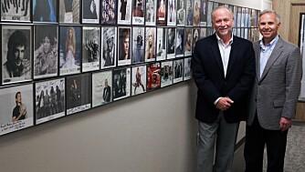 KJENDIS-KUNDER: Brødrene Joey (t.v.) og Trent Hemphill foran fotografier av noen av sine berømte kunder.