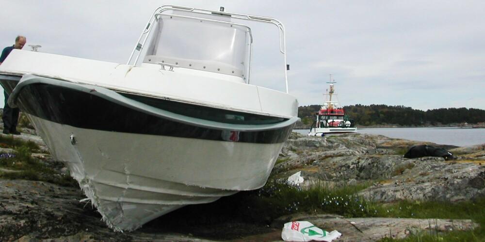 """FART: Dette arkivbilde fra Strømskilen viser hva som kan hende når en båt går på skjær. RS """"Odd Godager"""" rykket her ut, med politi og folk fra AMK-sentralen. Det viser seg at båten har kjørt på et skjær og fløyet 40 meter oppover land.. De har fløyet 19 meter fra der den først traff holmen til den først var nedpå. FOTO: RS"""