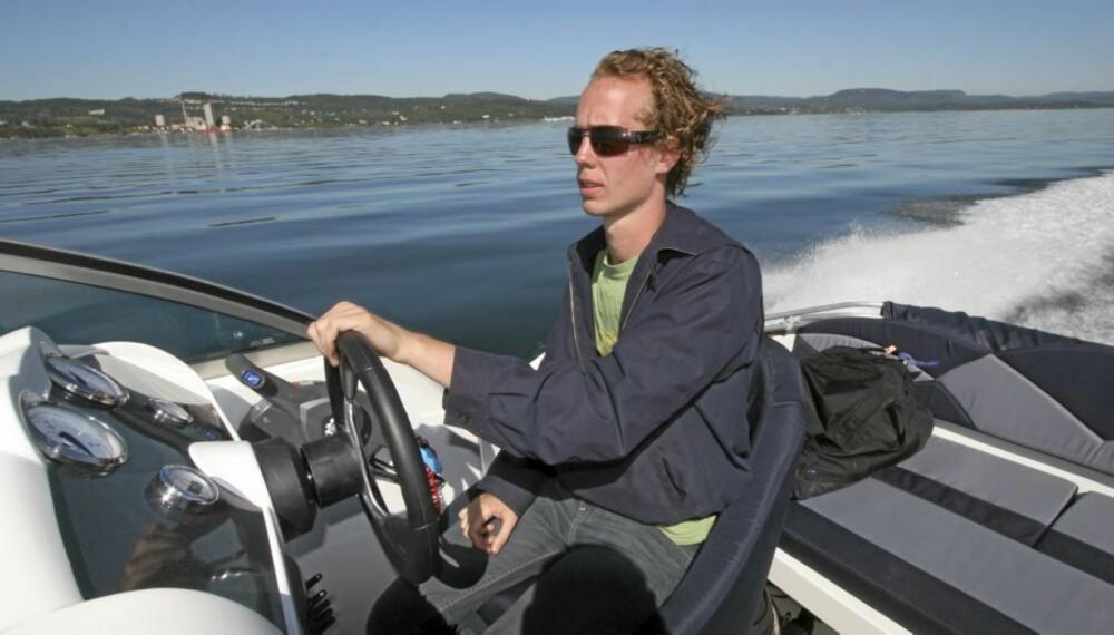 PENSUM: Nytt pensum i Båtførerprøven fra Sjøfartsdirektoratet, som trådde i kraft 1. mars, fokuserer på at høy fart i trange farvann ikke er lurt.