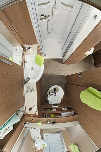 ROMSLIG BAD: Uten faste senger bak i boenheten kan man for eksempel få et romslig bad plassert i hekken, slik vi ser i Dethleffs 4-Travel T 6696.