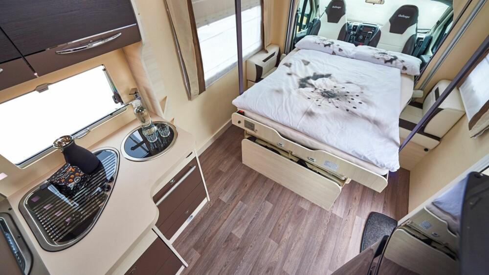 LETT TILGANG: Plassen på sidene av sengen i Challenger 280 gjør det enkelt å komme ut og inn av senga, og det uten at partneren må kravles over.