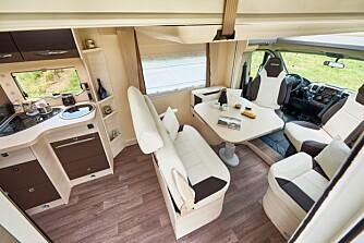 LUFTIG: En litt spesiell løsning med en midtstilt kort sofa gir et luftig interiør.