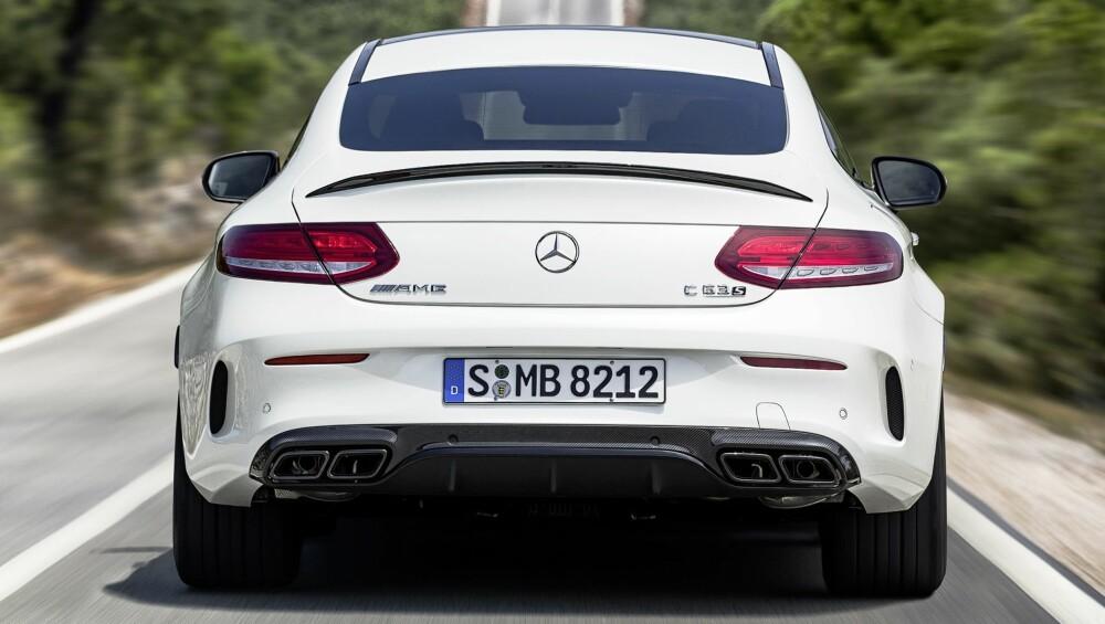 RÅTT PARTI: Ikke noen enorm hekkvinge her, bare en liten leppe på bagasjelokket. Fire eksosrør slipper ut en kakofoni av V8-støy og sinne. FOTO: Daimler AG