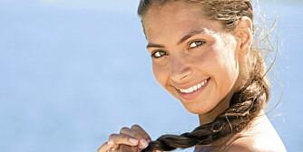 BESKYTT HÅRET: Solen sliter like mye på håret som på huden om sommeren.