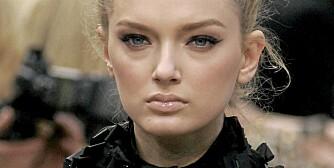 PÅ CATWALKEN: Louis Vuitton går for tykk eyeliner og høyt hår. Sexy og glamorøst.