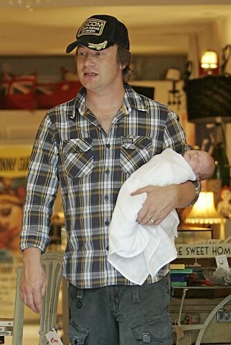 POPULÆR PAPPA: Kunne du tenke deg å være kompis med han her? Kjendiskokk Jamie Oliver spaserer rundt med sønnen sin Buddy. Forskere mener menn med barn blir oppfattet som om de har høyere sosial status enn menn uten barn.